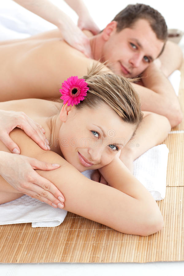 attraktiva tillbaka par masserar att motta barn royaltyfri bild