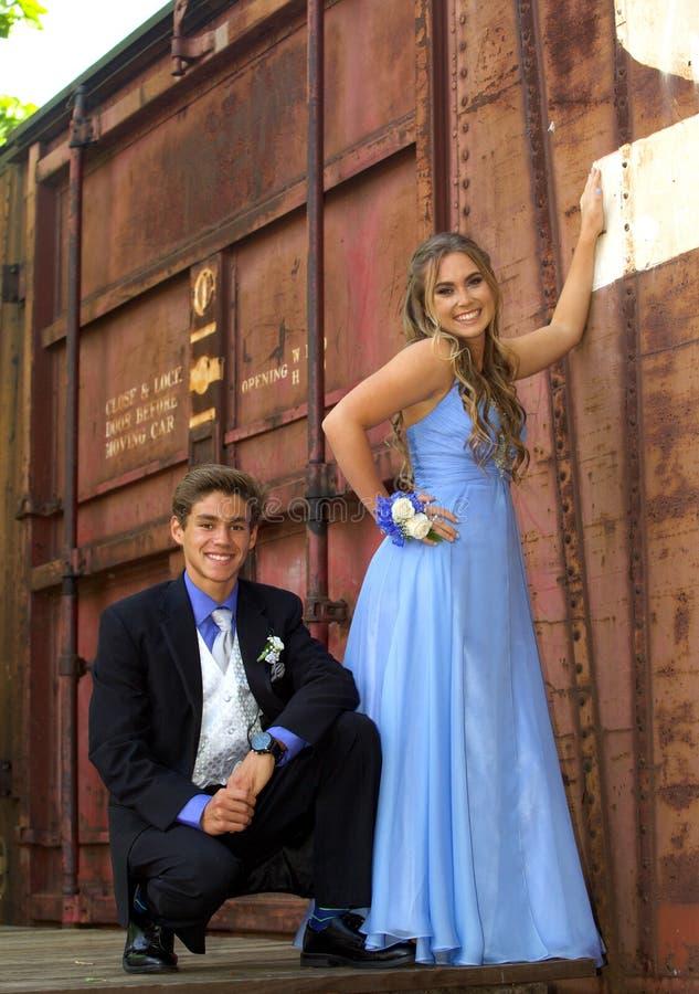 Attraktiva tonårs- studentbalpar royaltyfria bilder