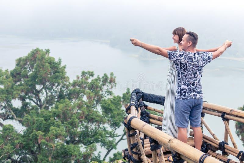 Attraktiva unga älska romantiska par på det tropiska dimmalandskapet av den Bali ön, Indonesien arkivfoton