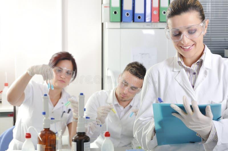 Attraktiva unga doktorsgradstudentforskare i laboratoriumet fotografering för bildbyråer