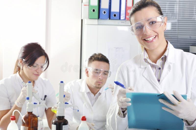 Attraktiva unga doktorsgradstudentforskare i laboratoriumet arkivbilder
