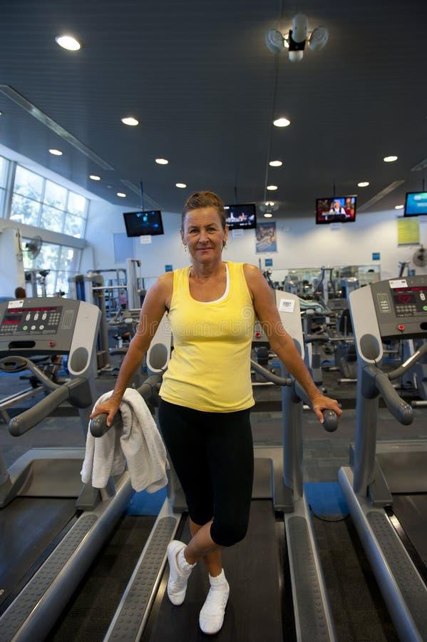 Attraktive ältere Frau, die an der Gymnastik trainiert stockbild