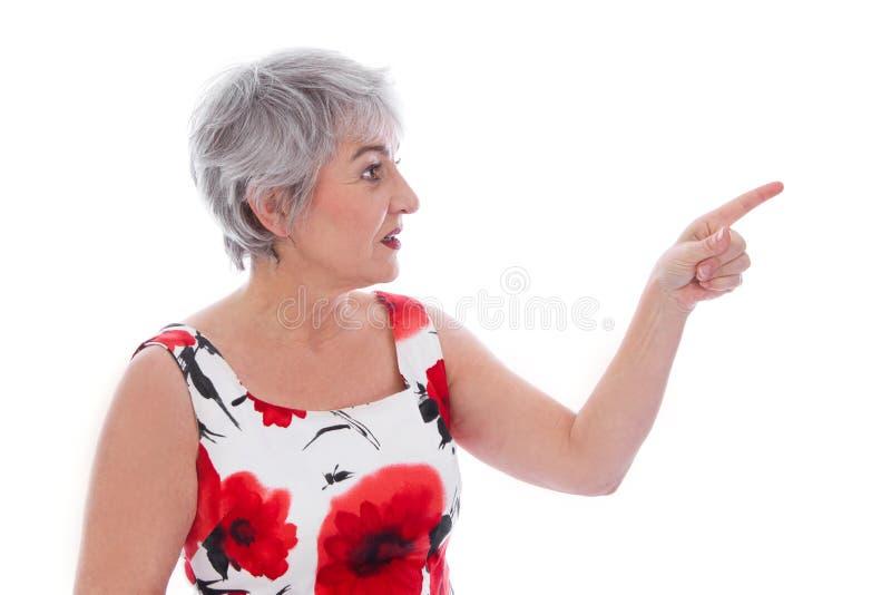 Attraktive ältere Frau lokalisiert über Weiß und dem Tragen einer roten Summe stockfotografie