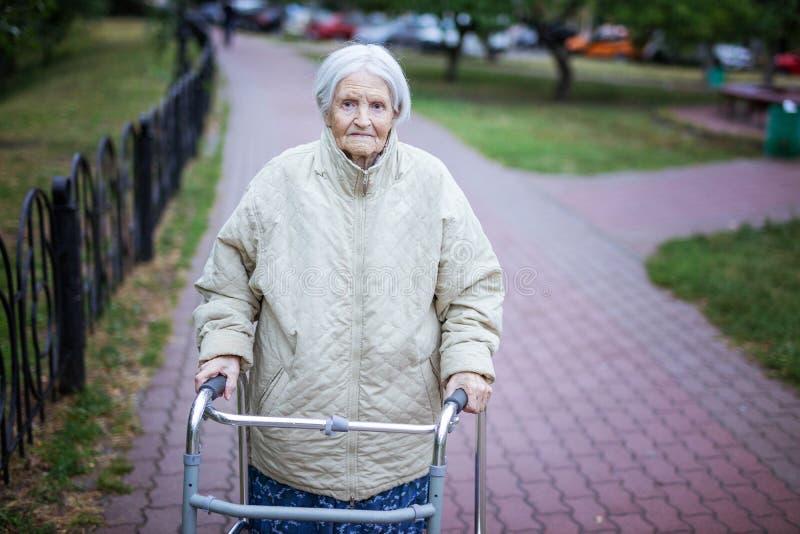 Attraktive ältere Frau mit Wanderer stockbilder