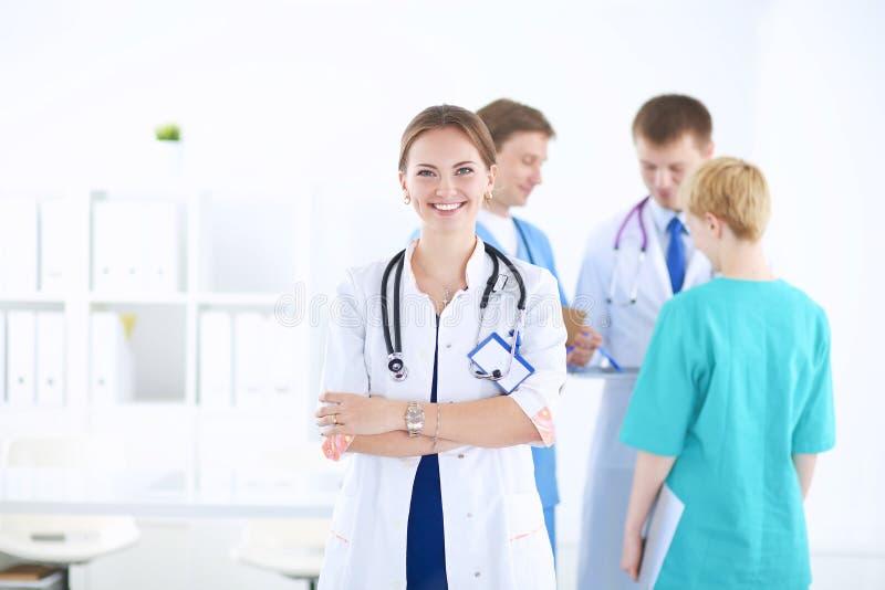 Attraktive Ärztin vor medizinischer Gruppe stockfotos