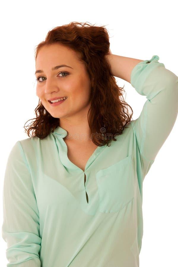 Attraktive überzeugte Geschäftsfrau mit dem braunen Haar, das ISO steht stockfotografie