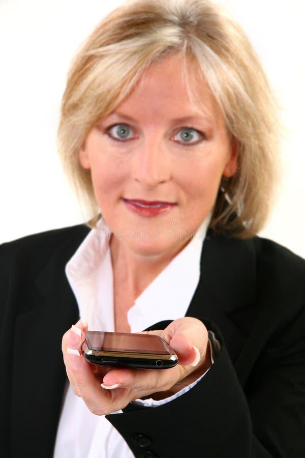 Attraktive 40 etwas Frau mit Mobiltelefon lizenzfreie stockbilder