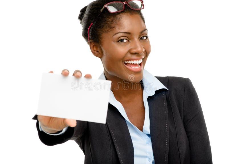 Attraktive Afroamerikanerfrau, die weißes Plakat lokalisiert hält lizenzfreies stockfoto