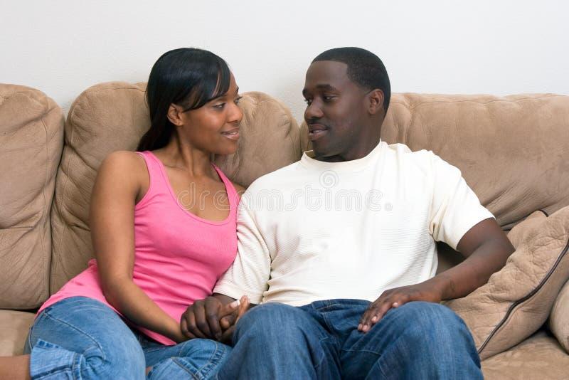 Attraktive Afroamerikanerpaare lizenzfreie stockbilder