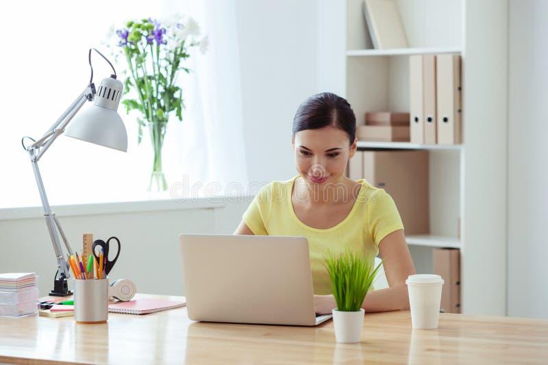 Attraktive Arbeitnehmerin benutzt ein Notizbuch stockfotos