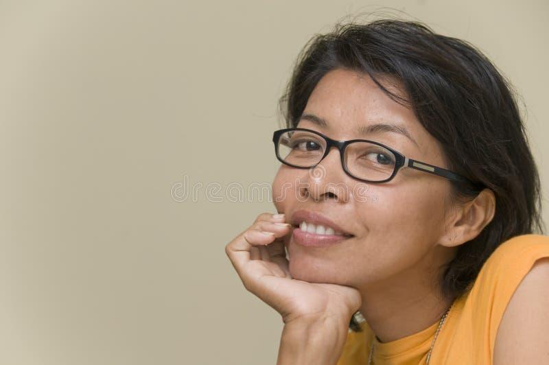 Attraktive asiatische Frau, die ihren Kopf stillsteht lizenzfreies stockbild