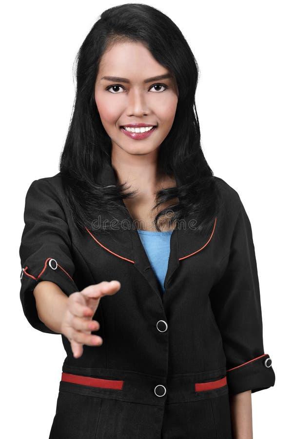 Attraktive asiatische Geschäftsfrau, die einen Händedruck anbietet lizenzfreie stockbilder