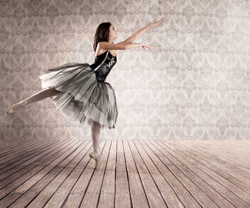 Attraktive Ballerina gehen an auf den Zehen stockfotografie
