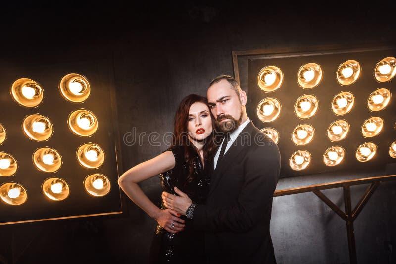 Attraktive, berühmte Paare im luxuriösen Nachtklub, der Kamera umarmt und betrachtet stockfotos