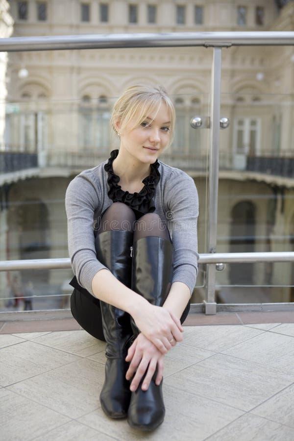 Attraktive blonde Frau lizenzfreie stockfotos