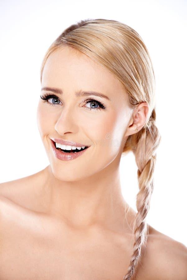 Attraktive Blonde Frau Mit Ihrem Haar In Einem Zopf