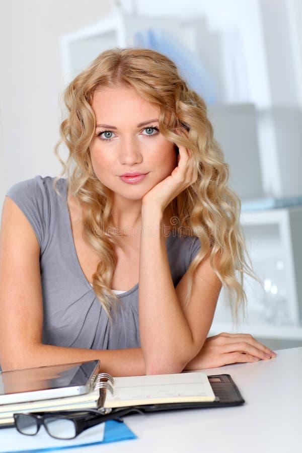 Attraktive blonde Geschäftsfrau stockbilder