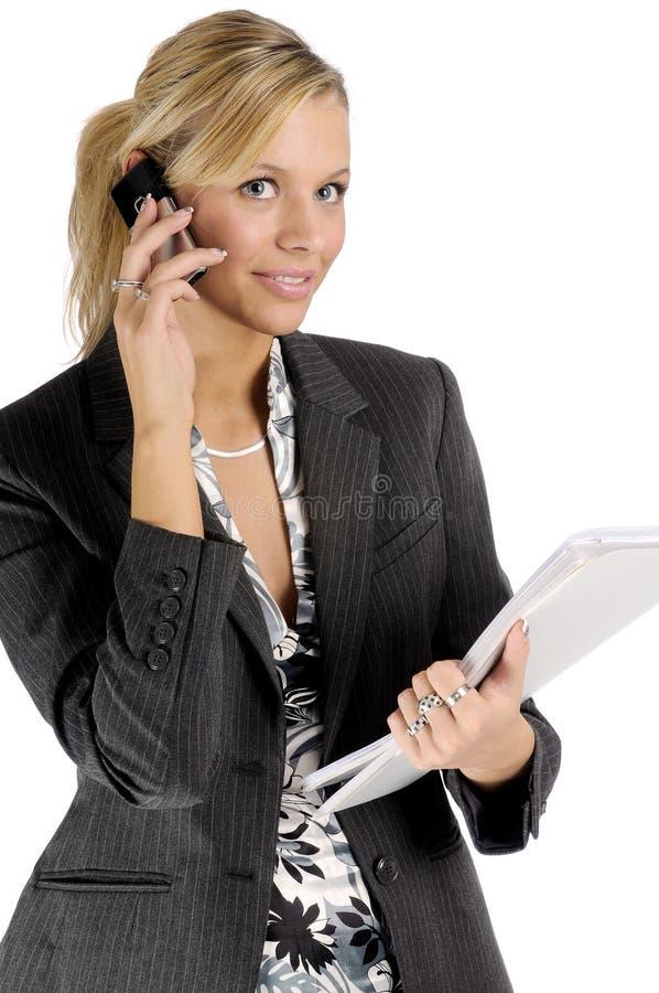 Attraktive blonde Geschäftsfrau mit Handy stockfotos