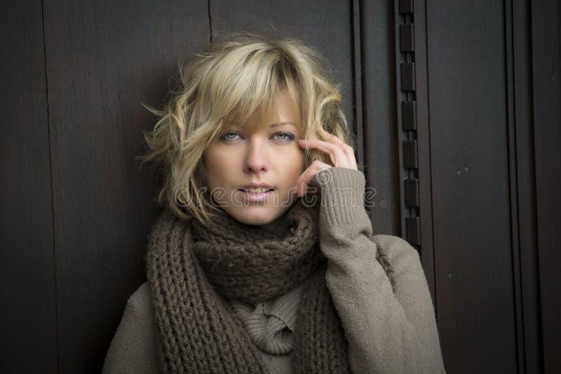 Attraktive blonde junge Frau draußen, Kamera betrachtend stockfotos