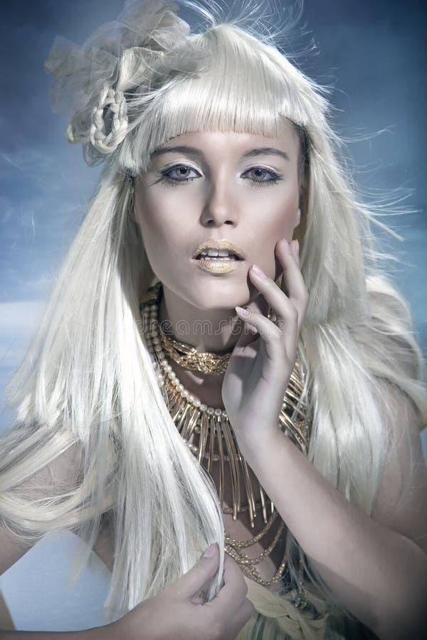 Attraktive blonde Schönheit stockbild