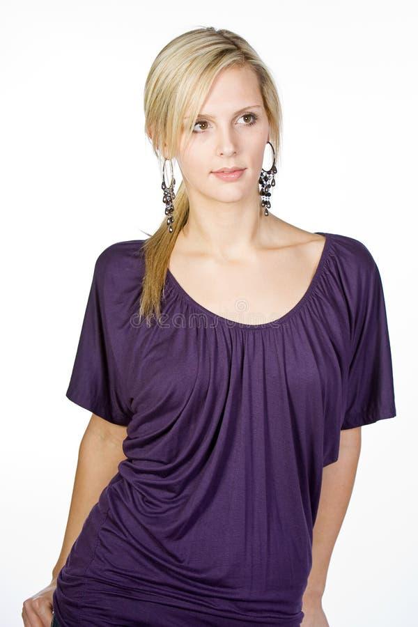 Attraktive Blondine in der purpurroten Oberseite stockfotos
