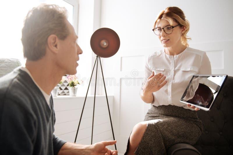 Mann flirtet mit arbeitskollegin