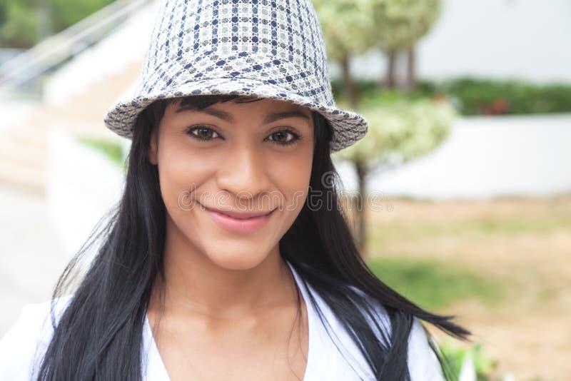 Attraktive brasilianische Frau mit Hut draußen lizenzfreie stockfotos