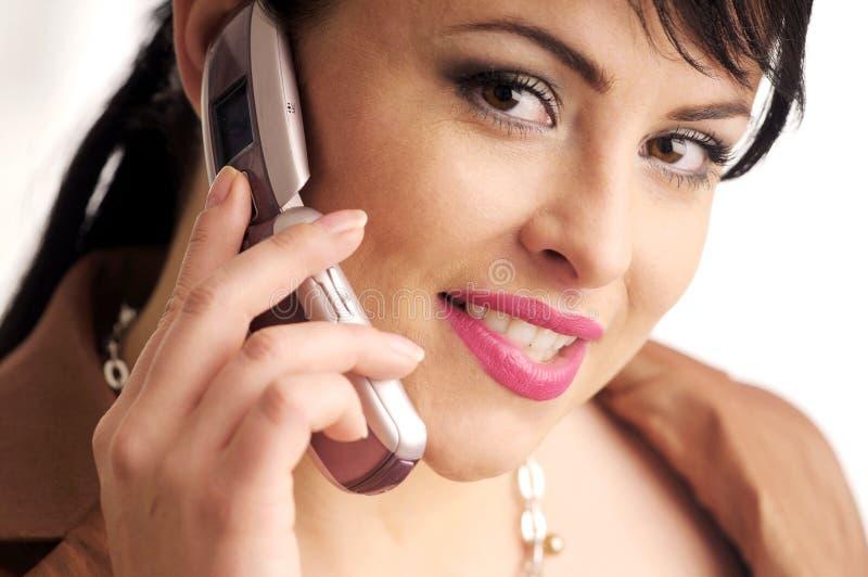 Attraktive Brunettefrau mit Handy stockbilder