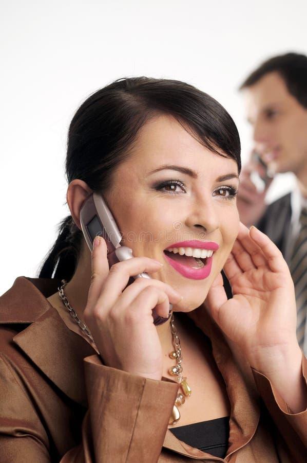 Attraktive Brunettefrau mit Handy lizenzfreie stockfotos