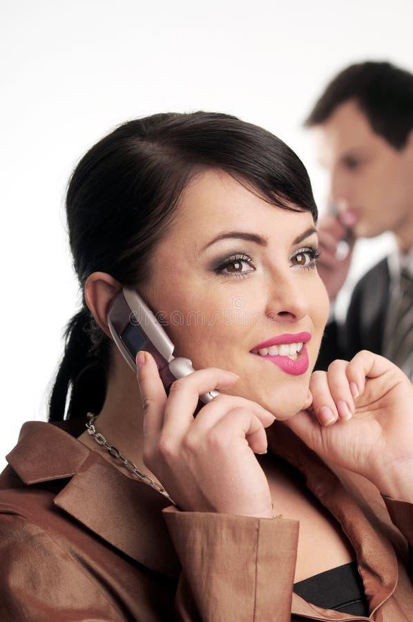 Attraktive Brunettefrau mit Handy stockfoto