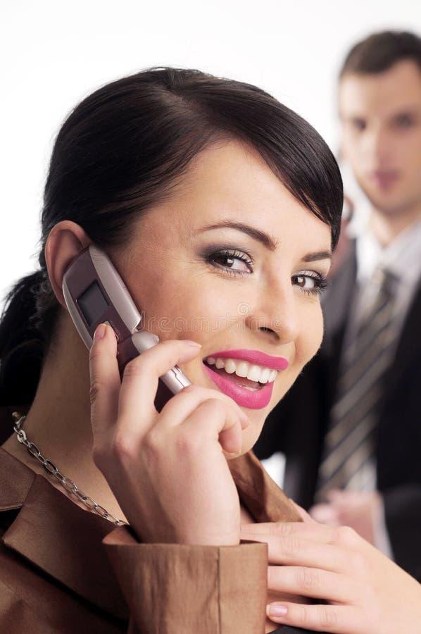 Attraktive Brunettefrau mit Handy lizenzfreies stockbild