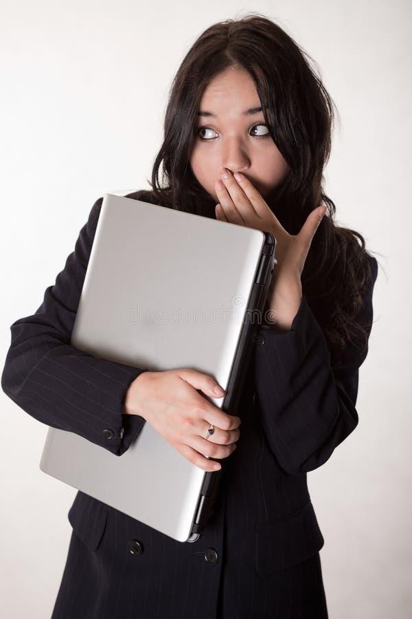 Attraktive Brunettekaukasiergeschäftsfrau stockbild