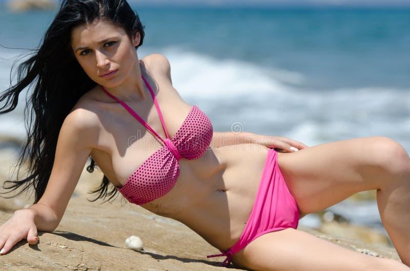 Attraktive busty Frau im Bikini stockfotografie