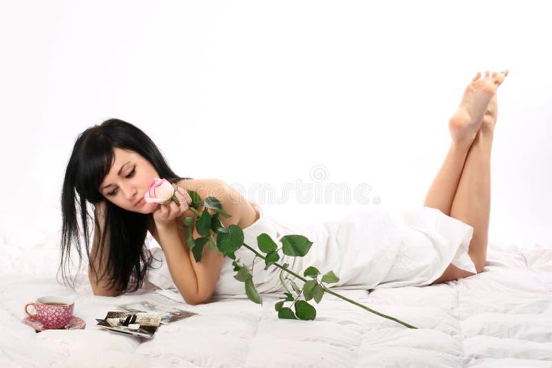 Attraktive Dame in ihrem Bett stockbilder