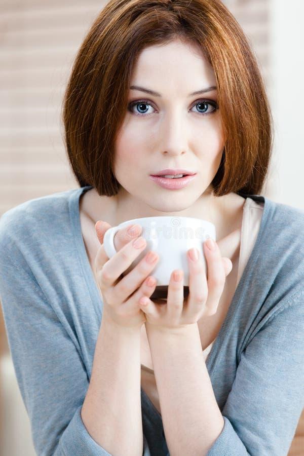 Attraktive Dame mit Tasse Tee stockbild