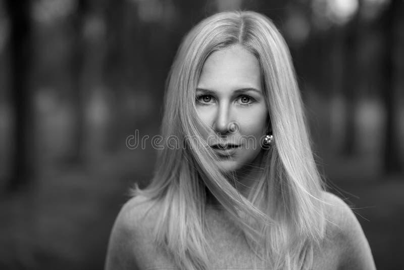 Attraktive durchdachte stilvolle blonde Frau stockbild