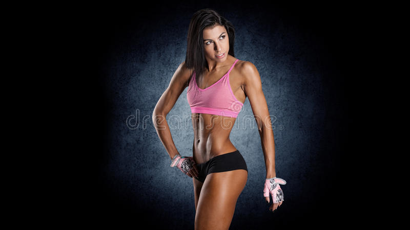 Attraktive Eignungsfrau, ausgebildeter weiblicher Körper stockbild