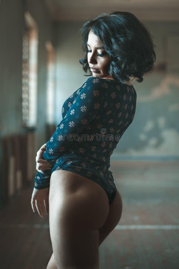 Attraktive Eignungsfrau, ausgebildeter weiblicher Körper, Lebensstilporträt stockbild