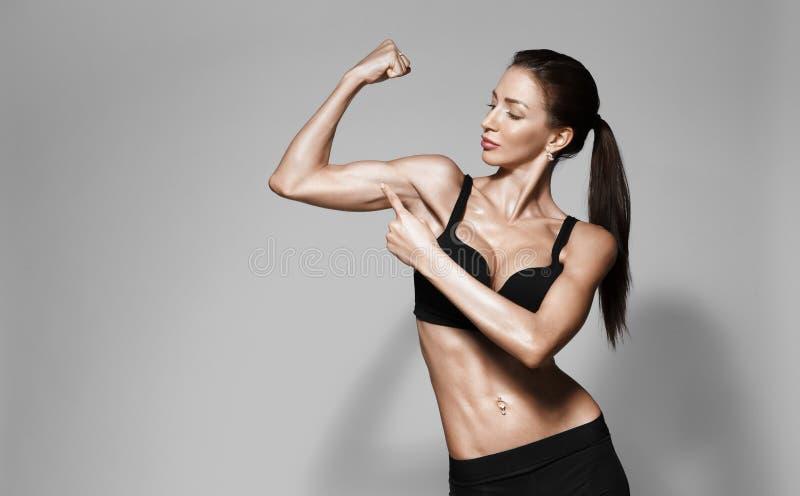 Attraktive Eignungsfrau, ausgebildeter weiblicher Körper, Lebensstilporträt lizenzfreies stockfoto
