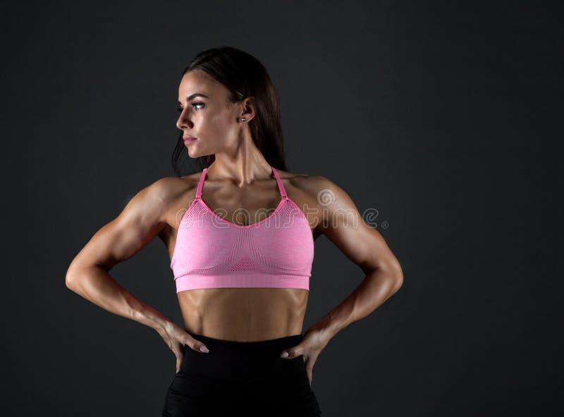 Attraktive Eignungsfrau, ausgebildeter weiblicher Körper, Lebensstilporträt, kaukasisches Modell stockbild