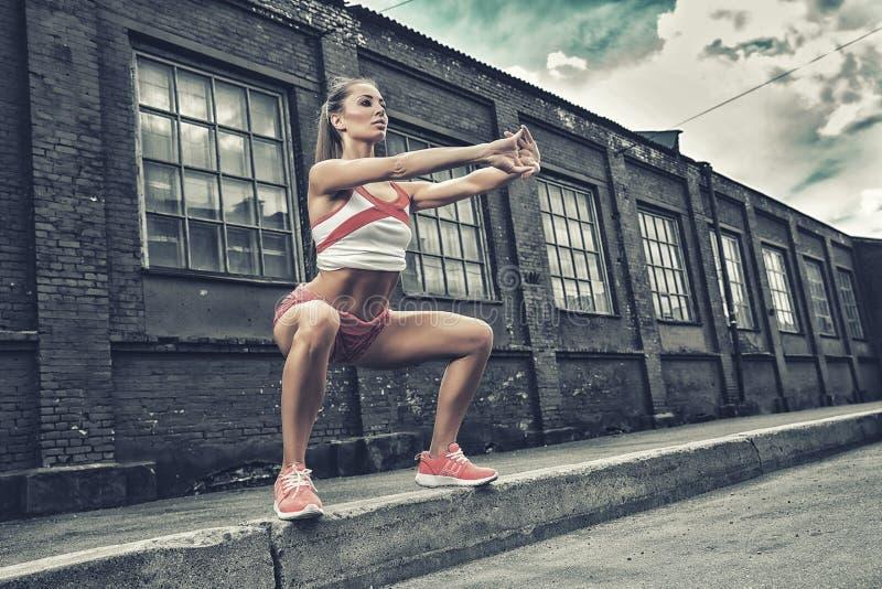 Attraktive Eignungsfrau, ausgebildeter weiblicher Körper, Lebensstilporträt, kaukasisches Modell stockfoto