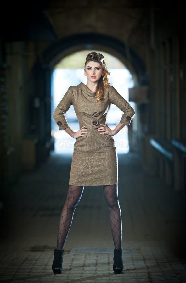 Attraktive elegante blonde junge Frau, die eine elegante Ausstattung im städtischen Modeschuß trägt. Schönes modernes junges Mädch stockfotografie