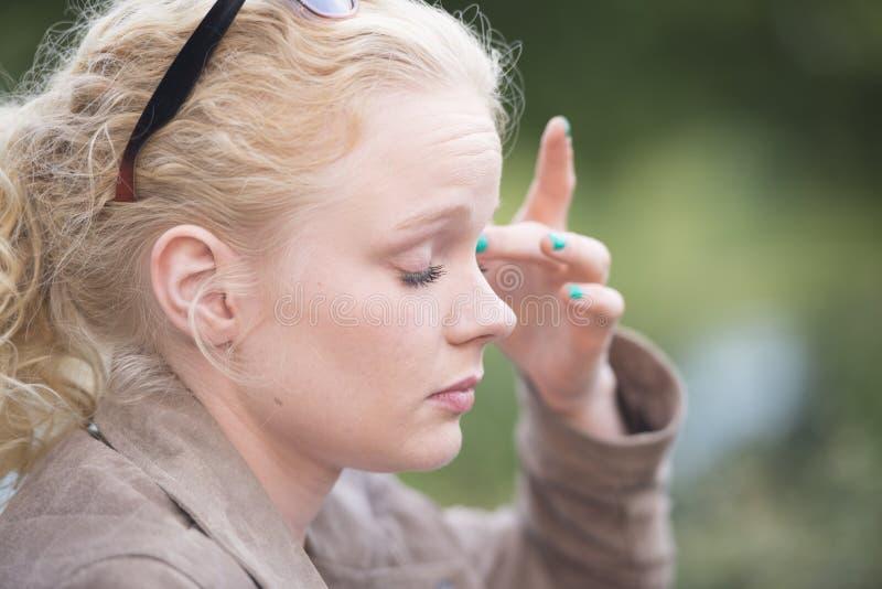 Attraktive entspannte junge blonde Frau lizenzfreies stockbild