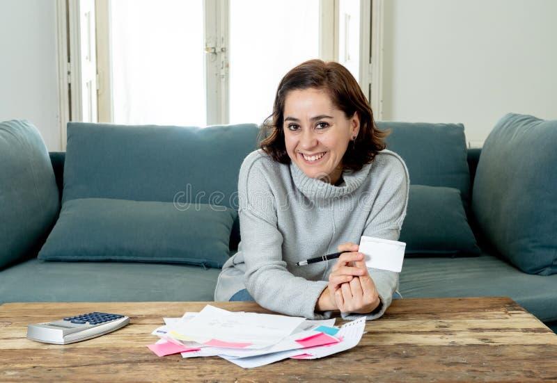 Attraktive erfolgreiche Unternehmerfrau mit der Kreditkartebuchhaltungsfinanzierung glücklich frei von den Schulden lizenzfreies stockbild