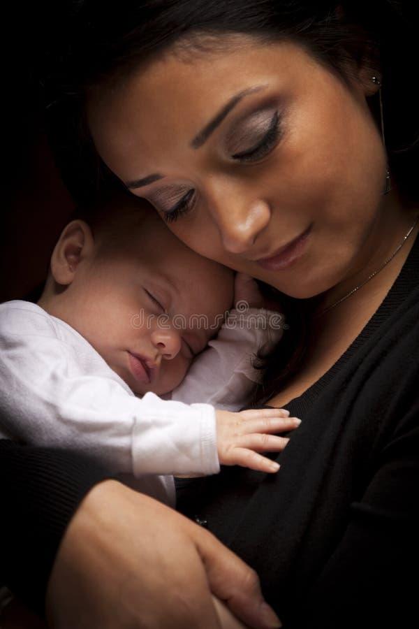 Attraktive ethnische Frau mit ihrem neugeborenen Baby stockfoto