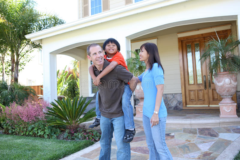 Attraktive Familie zu Hause lizenzfreies stockfoto