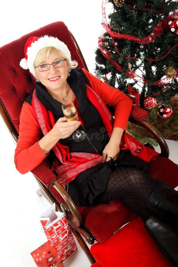 Attraktive Frau auf Sofa, Champagner lizenzfreie stockfotos