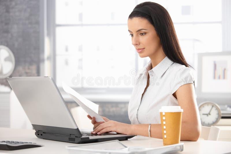 Attraktive Frau bei der Arbeit lizenzfreies stockfoto