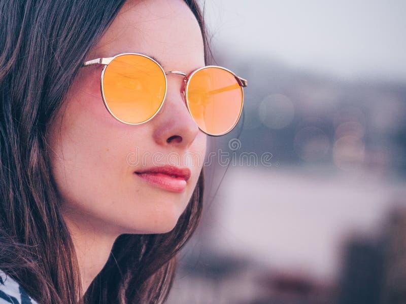 Attraktive Frau in den Sonnenbrillen lizenzfreie stockbilder