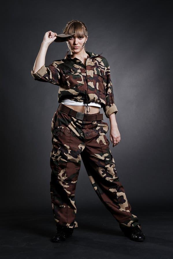 Attraktive Frau in der Militäruniform lizenzfreies stockbild